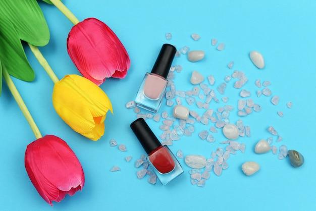 Modne butelki z czerwonym lakierem żelowym do kobiecych paznokci