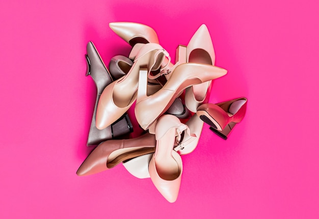 Modne buty damskie na białym tle na różowym tle. widok z góry