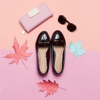 Modne buty w stylu vintage dla kobiet i akcesoriów koncepcja sprzęgła i okularów minimalistyczny design art