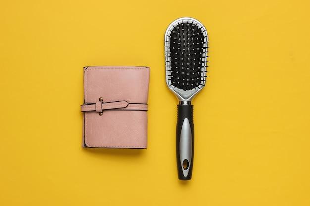 Modne damskie akcesoria skórzany portfel grzebieniowy na żółtym tle