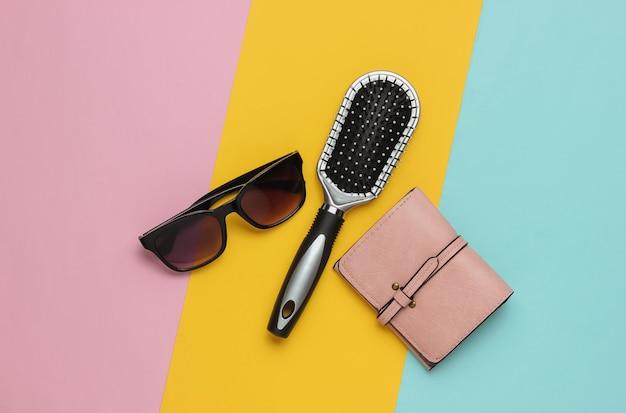 Modne damskie akcesoria skórzany portfel z grzebieniowymi okularami przeciwsłonecznymi na żółtym tle