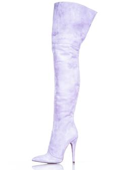 Modne damskie buty na białym tle. piękne fioletowe wysokie buty damskie. luksus.