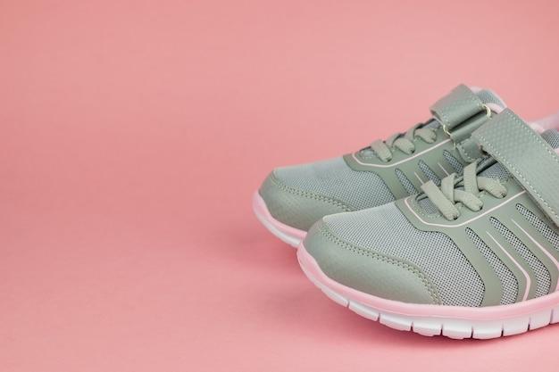 Modne damskie trampki szaro-różowe na pastelowym tle. buty sportowe.