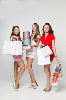 Modne dziewczyny po zakupach zaskoczyły patrząc na torby.