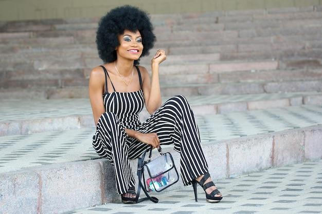 Modne i piękne afrykańskie kobiety uśmiechnięte