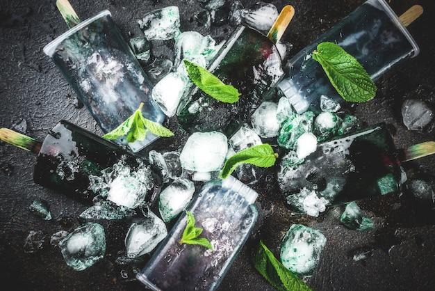 Modne jedzenie, azjatyckie wegańskie desery, domowe lody z lodami spirulina