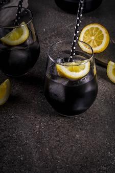Modne jedzenie letnie napoje orzeźwiające detox i dieta koncepcja czarna lemoniada z węglem drzewnym sok z cytryny i cytryny