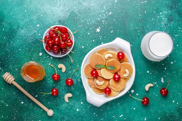 Modne jedzenie - mini naleśniki zbożowe. kupie naleśniki zbożowe z jagodami i orzechami.