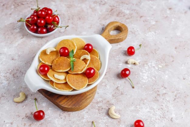 Modne jedzenie - mini naleśniki zbożowe. kupie naleśniki zbożowe z jagodami