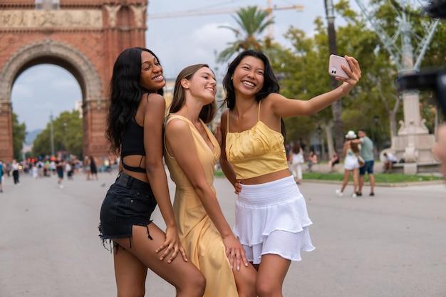 Modne kobiety robiące selfie w mieście