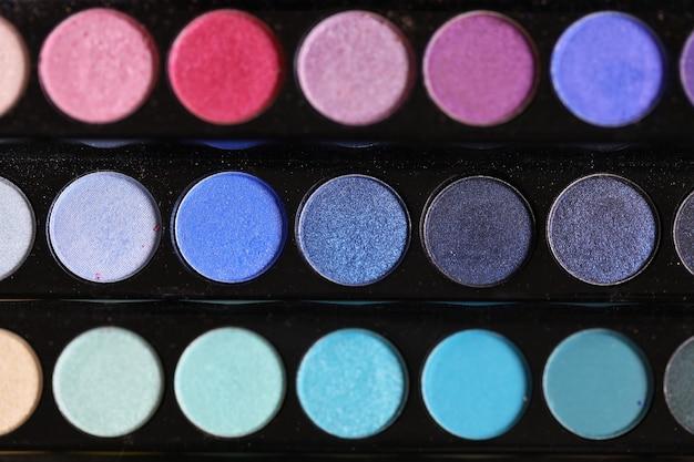 Modne kosmetyki do wieczorowego i codziennego makijażu paleta wielobarwnych cieni