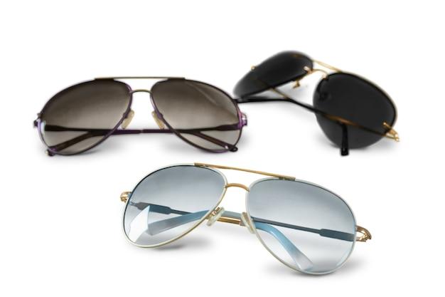 Modne letnie okulary przeciwsłoneczne na białym tle
