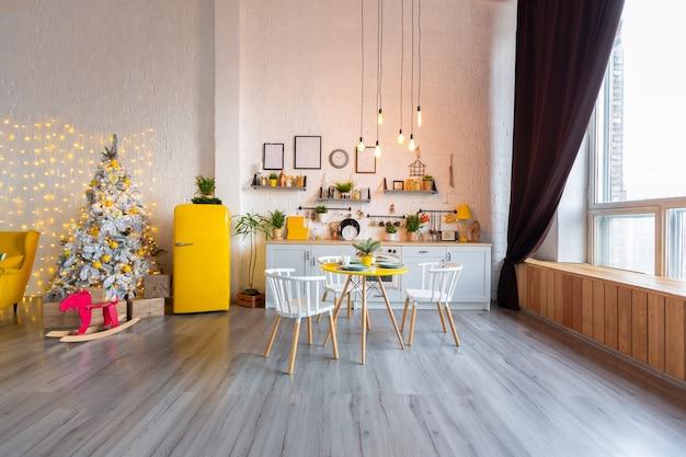 Modne, luksusowe wnętrza w skandynawskim stylu z jasnożółtymi meblami i ozdobione światłami.