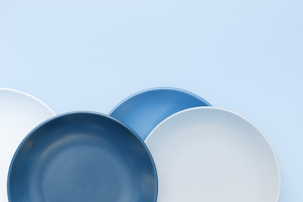 Modne naczynia ceramiczne w kolorze niebieskim
