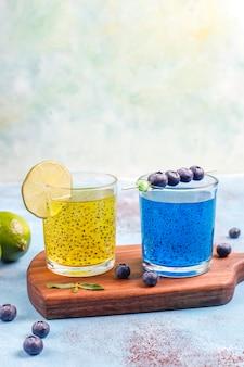 Modne napoje z nasionami bazylii tropikalnej.
