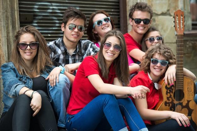 Modne nastolatki siedzące