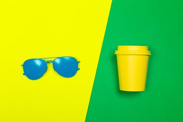 Modne okulary przeciwsłoneczne na minimalnym kolorowym tle