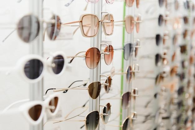 Modne okulary przeciwsłoneczne na półce sklepowej