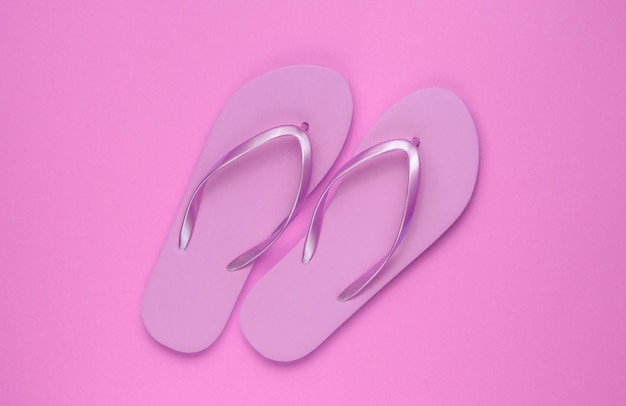 Modne plażowe różowe klapki na różowym papierze