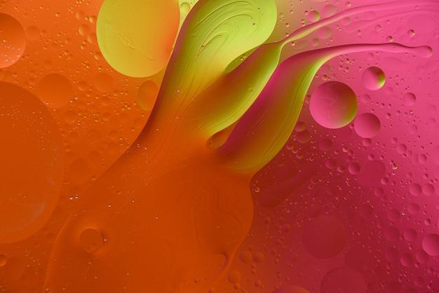 Modne pomarańczowe różowe tło z bąbelkami i rozmazami, tekstura sztuki