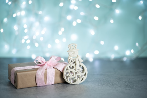 Modne prezenty lub prezenty pudełka ze złotymi kokardkami i star konfetti na różowym pastelowym blacie widok z góry.