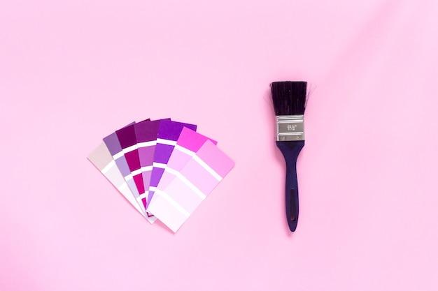 Modne próbki kolorów: różowy, fioletowy, magenta i pędzel na różu