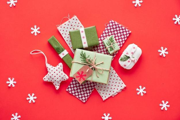 Modne, przyjazne dla środowiska ozdoby świąteczne i noworoczne bez odpadów oraz pakowane prezenty.