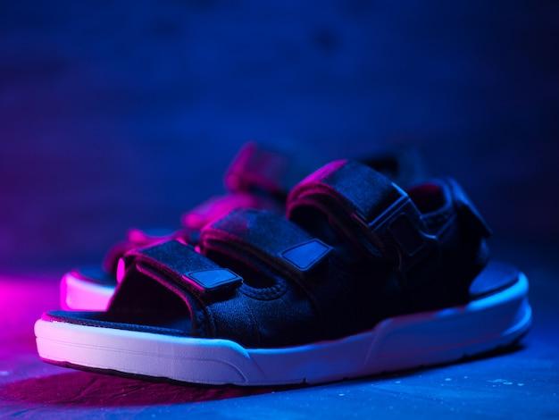 Modne sandały męskie, tło w stylu neonowym