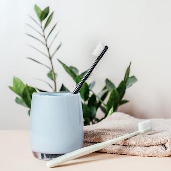 Modne szczoteczki do zębów z miękkim włosiem na ręczniku kąpielowym, ultracienka szczoteczka do zębów z nanomilionem włosia, trendy w pielęgnacji zębów i higienie