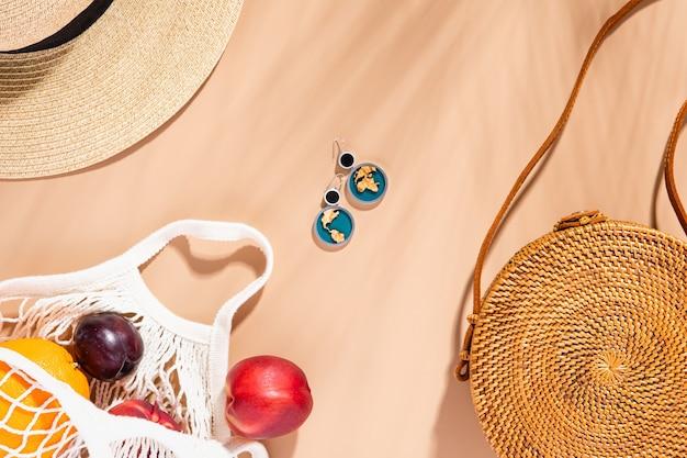 Modne tło lato. koncepcja podróży wakacje lato. skopiuj przestrzeń, naturalne odcienie. płaski styl, widok z góry.