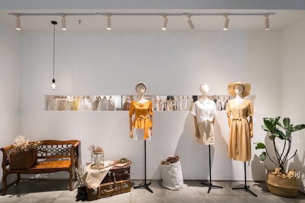 Modne ubrania damskie w oknach galerii handlowych