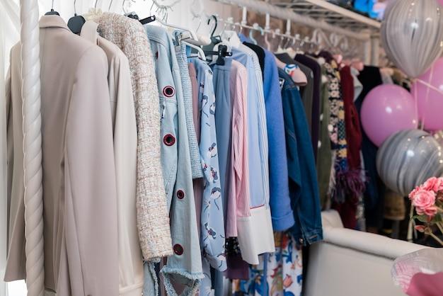 Modne ubrania w butikowym sklepie