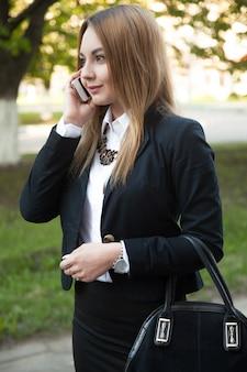 Modnej dziewczyny z telefonu komórkowego
