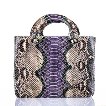 Modnej kobiety stylowa torba na białym tle. piękna fioletowa luksusowa skórzana torebka damska. luksusowe akcesoria.