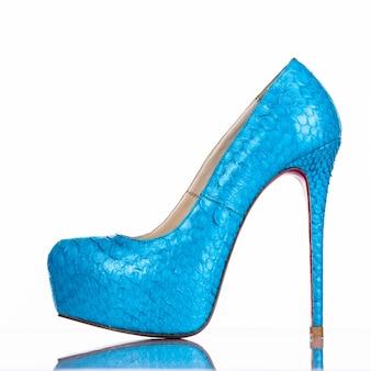 Modnej kobiety szpilki but na białym tle. piękne niebieskie buty damskie na obcasie. luksus.