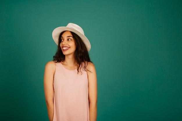 Modnej młoda kobieta uśmiecha się