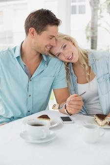 Modni potomstwa dobierają się mieć pustynię wpólnie i kawę
