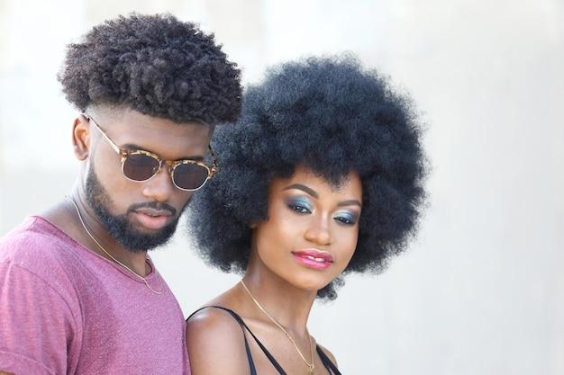 Modnie ubrany młody czarny mężczyzna i kobieta