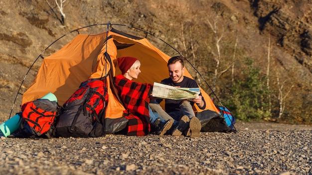 Modniś caucasian para bada mapę w górze