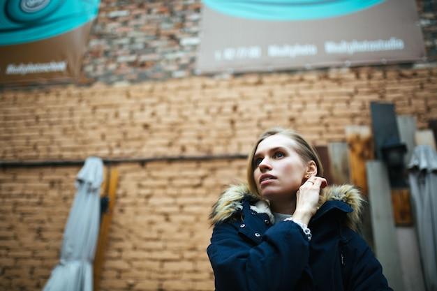 Modniś dziewczyna jest ubranym zmrok - błękitna kurtka