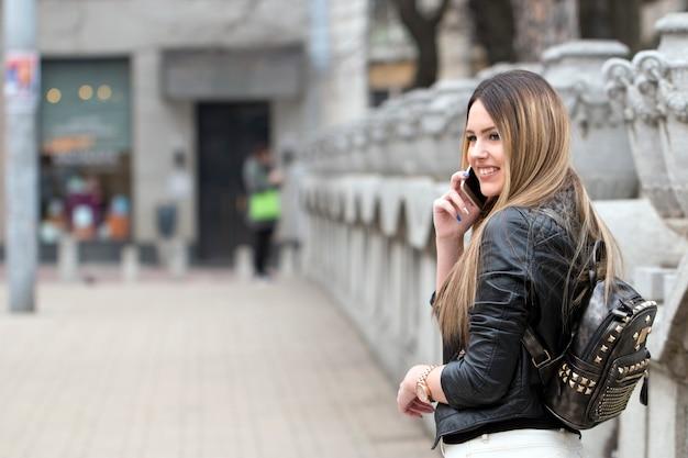 Modniś dziewczyna opowiada na telefonie