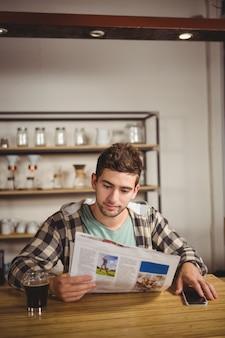 Modniś ma kawę i czytelniczą gazetę