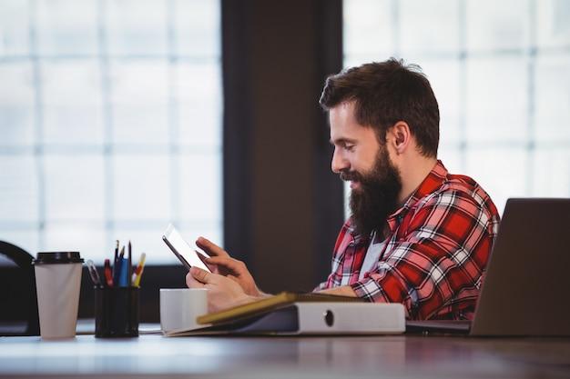 Modniś używa pastylka komputer przy biurkiem