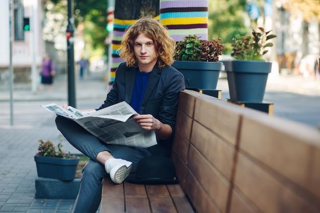 Modny hipster z gazetą