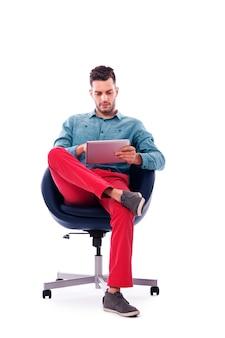 Modny i młody człowiek za pomocą cyfrowego tabletu