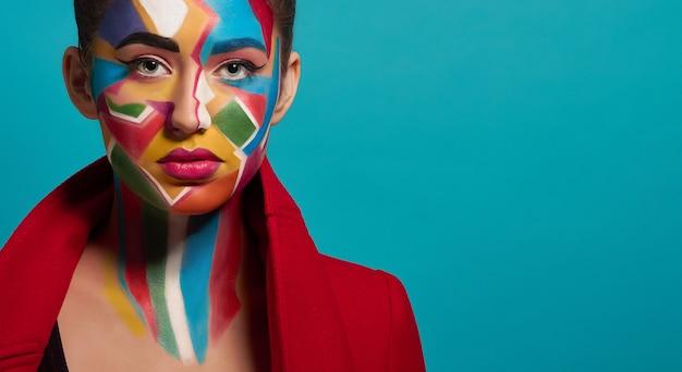 Modny kolorowy makijaż na twarzy modelki