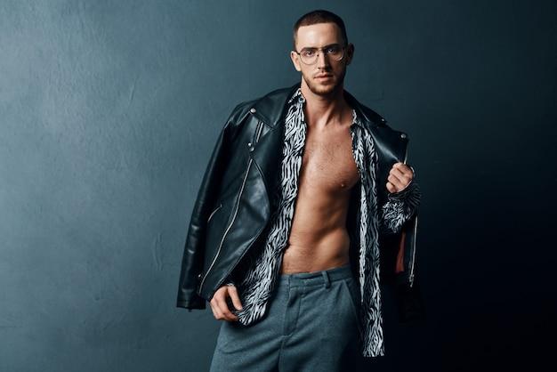 Modny mężczyzna w czarnej skórzanej kurtce pozowanie pewności siebie