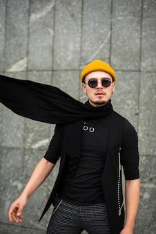 Modny mężczyzna w okularach przeciwsłonecznych