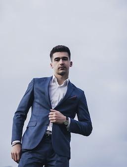 Modny młody przystojny biznesmen na sobie garnitur