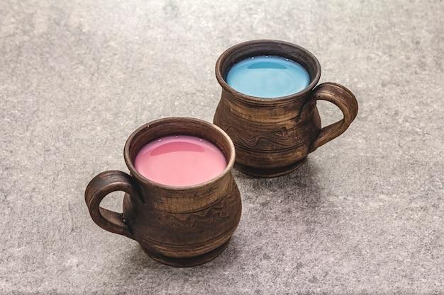 Modny napój niebieski i różowy latte